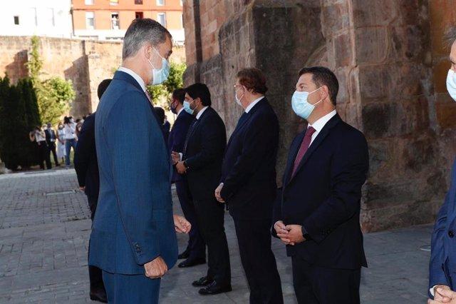 El presidente de C-LM, Emiliano García-Page, saluda al Rey en la Conferencia de Presidentes de la Rioja