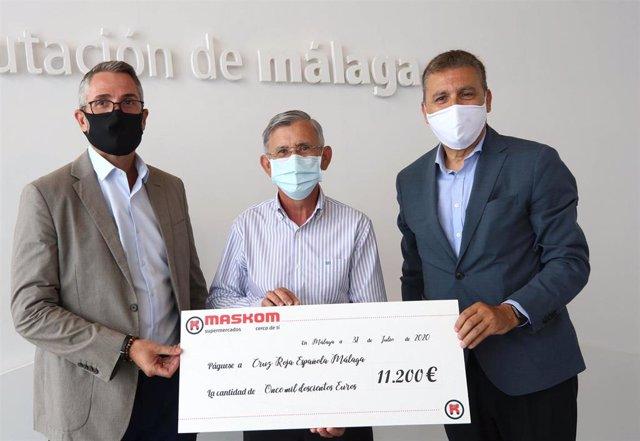 El vicepresidente primero de la Diputación, Juan Carlos Maldonado, y el director general de Maskom, Sergio Cuberos, entregan a Cruz Roja Málaga un cheque por valor de 11.200 euros recogidos de la campaña #UnidosPorMálaga