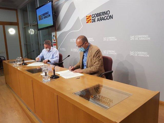 Los consejeros Soro y Faci firman el convenio para el hangar del Aeropuerto de Teruel.