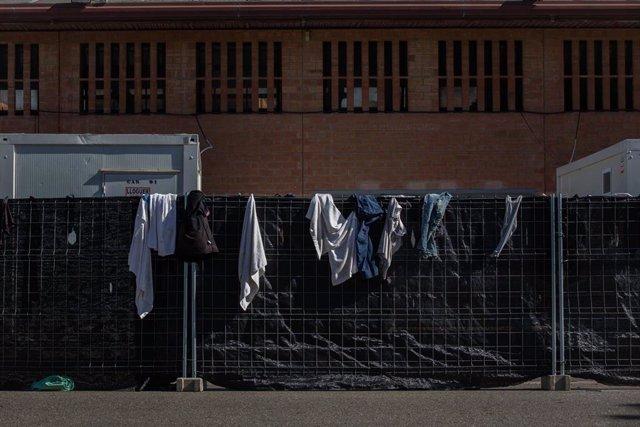 Ropa colgada en una valla en el albergue de temporeros en Fira de Lleida, en Lleida, Catalunya (España), a 6 de julio de 2020.