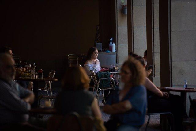 Diverses persones a la terrassa d'un bar. Barcelona, Catalunya (Espanya), 26 de maig del 2020.