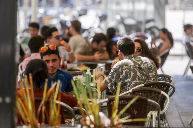 Varias personas en una terraza de un restaurante de Madrid (España), a 22 de junio de 2020.