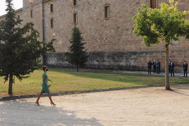 La presidenta de Navarra, María Chivite, a su llegada al monasterio de Yuso, antes de la celebración de la XXI Conferencia de Presidentes, en San Millán de la Cogolla, La Rioja (España), a 31 de julio de 2020. La conferencia busca el consenso para el repa