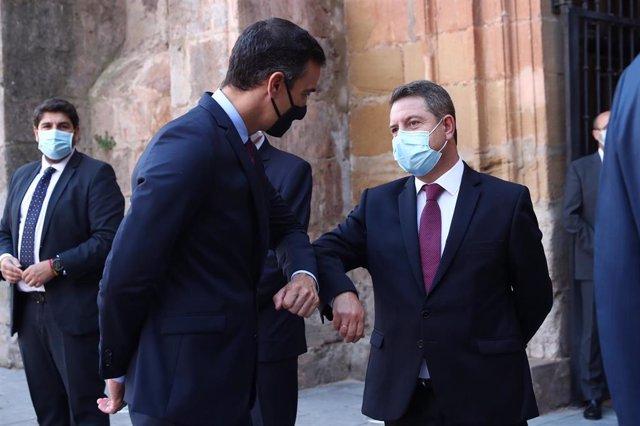 El presidente del Gobierno, Pedro Sánchez, saluda con el codo al presidente de Castilla-La Mancha, Emiliano García-Page (d), a su llegada al Monasterio de Yuso antes de participar en la XXI Conferencia de Presidentes en San Millán de la Cogolla, La Rioja
