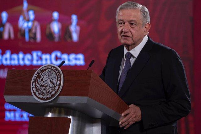 Coronavirus.- López Obrador dice que se pondrá la mascarilla cuando no haya corr