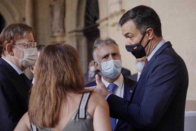 El presidente del Gobierno, Pedro Sánchez, habla con los presidentes de la Comunidad Valenciana, Canarias y Baleares antes de la celebración de la XXI Conferencia de Presidentes en La Rioja
