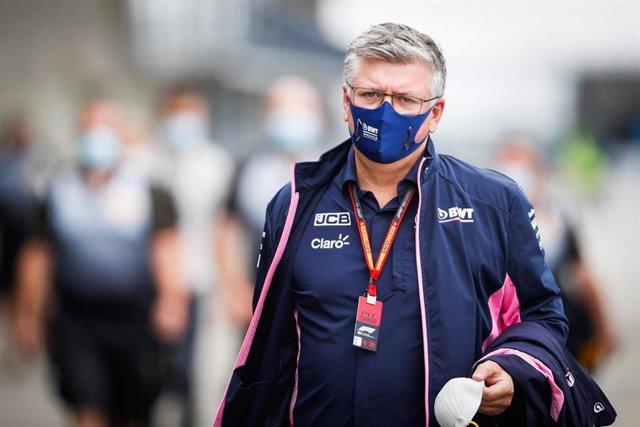 Otmar Szafnauer pasea por el circuito de Hungaroring