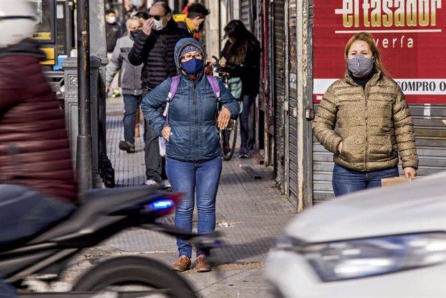 Personas con mascarilla en la capital de Argentina, Buenos Aires, durante la pandemia de coronavirus