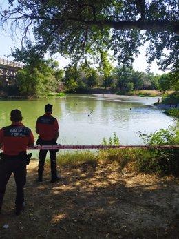 Agentes de la Policía Foral en el lugar en el que ha fallecido ahogado el joven