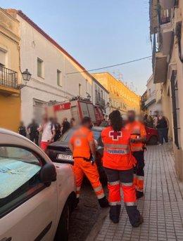 Efectivos de Cruz Roja asisten al derrumbe de una vivienda en Badajoz