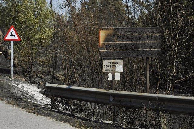 Cartel quemado por el incendio de Cualedro (Ourense).
