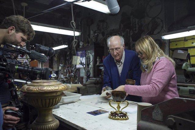 La doctora en historia del Arte  Ana Mafé junto a al orfebre Antonio Piró en su taller con el Santo Caliz durante la grabación del documental