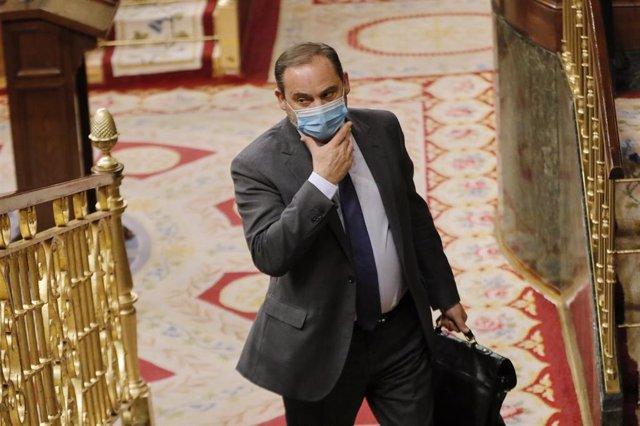 El ministro de Transportes y Movilidad, y 'número dos' del PSOE, José Luis Ábalos, se toca la mascarilla durante una sesión plenaria en el Congreso de los Diputados, en Madrid (España), a 21 de julio de 2020.