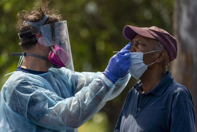 Un hombre se somete a una prueba de coronavirus en Florida, Estados Unidos