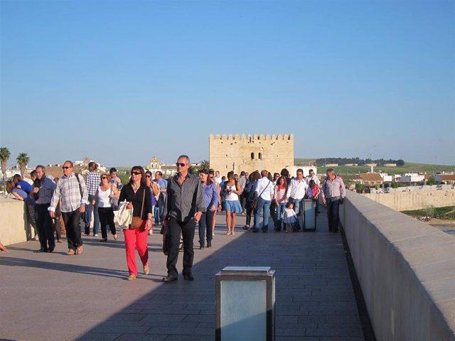 Turistas en el Puente Romano de Córdoba, en una imagen de archivo.