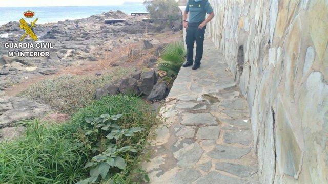 Un agente de la Guardia Civil observa el lugar donde se estaba produciendo el vertido