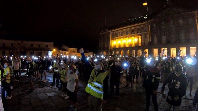 Traballadores de Alcoa durante unha protesta nocturna na praza do Obradoiro de Santiago
