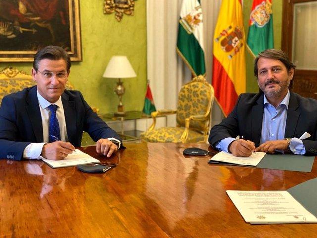 El alcalde de Granada, Luis Salvador, y Antonio Vila, patrono de la Fundación Plant-for-the-Planet.