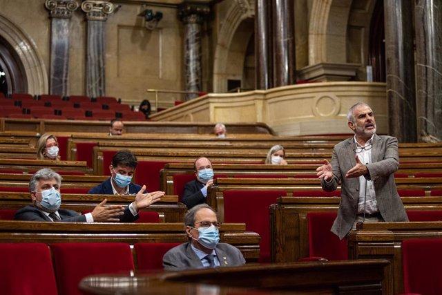 El presidente del grupo de Cs en el Parlament, Carlos Carrizosa, en un pleno ante el presidente de la Generalitat, Quim Torra