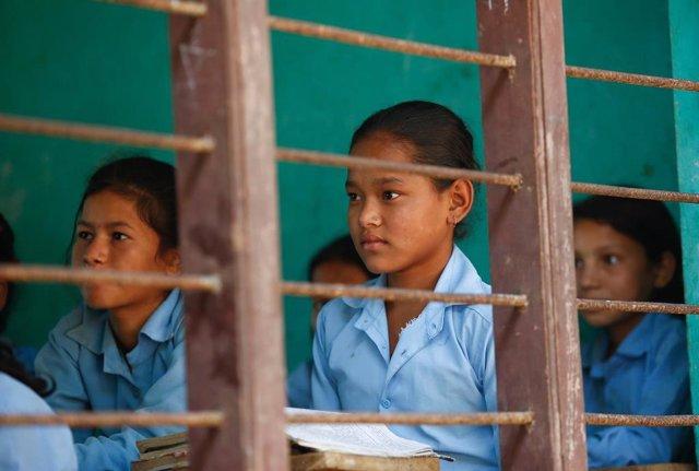 Niños nepalíes en la escuela tras el terremoto de Nepal