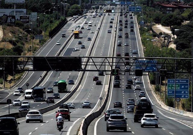 Tráfico de vehículos en la carretera A6 a su paso por el barrio de El Plantío, en Madrid (España)