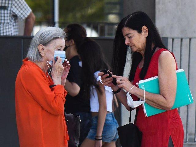 Nuria Espert visita el hospital con el apoyo de su hija, Alicia Moreno