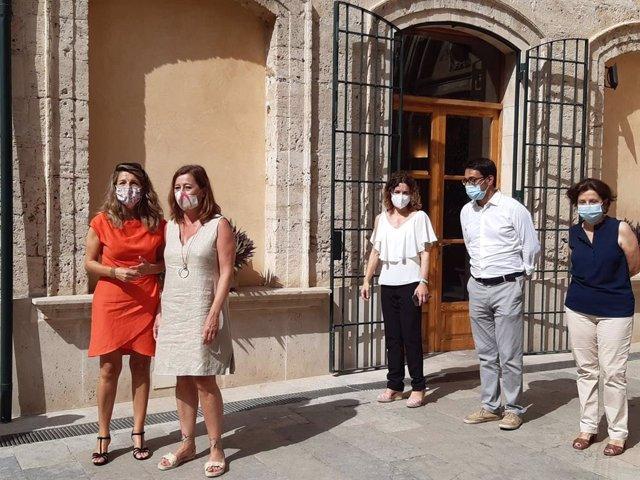 La ministra de Trabajo y Economía Social, Yolanda Díaz, a su llegada al Consolat de Mar, donde ha sido recibida por la presidenta del Govern balear, Francina Armengol, y otros consellers autonómicos.