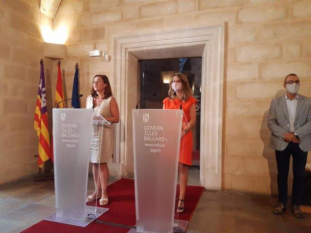La presidenta del Govern, Francina Armengol, junto con la ministra  de Trabajo y Empleo Social, Yolanda Díaz, este sábado en el Consolat de Mar.