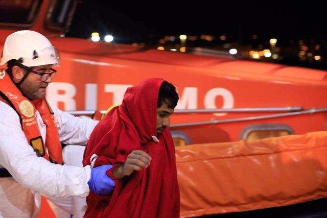 Migrantes procedentes de una patera a la deriva en una imagen de archivo.