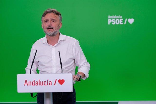 El portavoz del Grupo Parlamentario Socialista, José Fiscal, en rueda de prensa