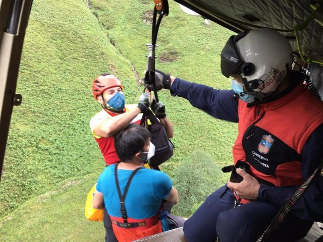 El helicóptero rescata a un hombre con una posible fractura en un pie