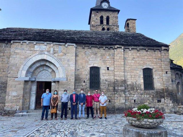 El síndic d'Aran, Francés Boya, y el alcalde de Bossòst, Amador Marqués, ante la iglesia de la Mair de Diu dera Purificacion