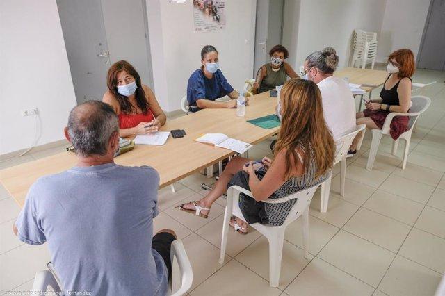 La concejala de Asuntos Sociales del Ayuntamiento de Cádiz, Helena Fernández, ha mantenido una reunión con asociaciones que trabajan con la juventud migrante entre las que se encuentran Cardjin, Alendoy, Fundación Atenea Tierra, Red de Acogida de El Puert