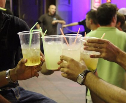 Una actuación musical en una discoteca de Málaga sin distancia ni mascarillas indigna en las redes sociales