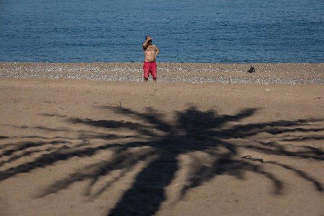 Un hombre en la Playa de la Barceloneta. Foto de archivo.