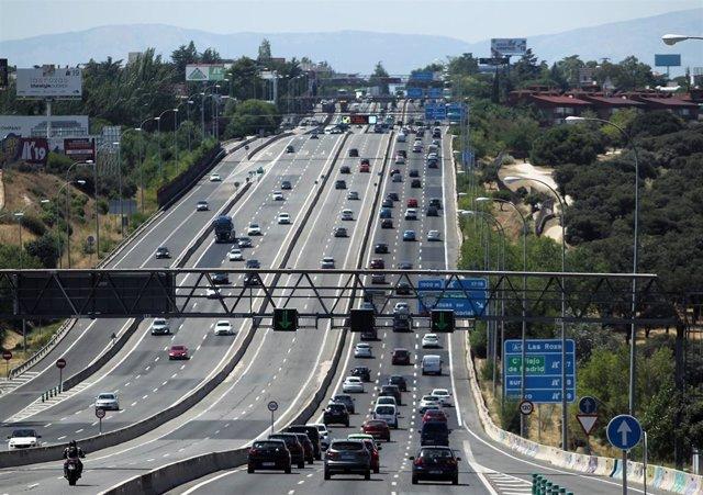 Tráfico de vehículos en la carretera A6 a su paso por el barrio de El Plantío, en Madrid (España).