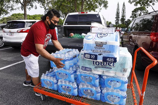 01 August 2020, US, Lake Worth: A man loads cases of water at Lantana Costco before tropical Hurricane Isaias makes landfall in Florida. Photo: Damon Higgins/Palm Beach Post via ZUMA Wire/dpa