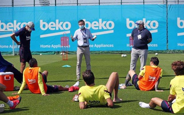 El presidente del FC Barcelona, Josep Maria Bartomeu, con la plantilla y el cuerpo técnico durante el entrenamiento en la Ciudad Deportiva