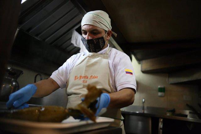 Un cocinero en Colombia en plena pandemia del coronavirus.