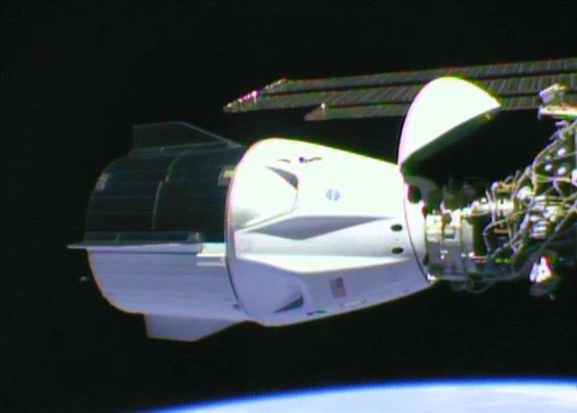Imagen de la nave Crew Dragon Endeavour tras atracar por primera vez a la Estación Espacial.