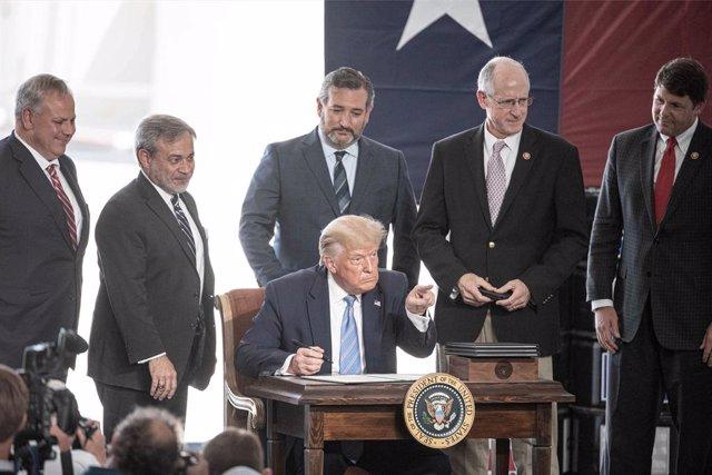 EEUU.- Trump aprueba la declaración de emergencia en Florida por el huracán 'Isa