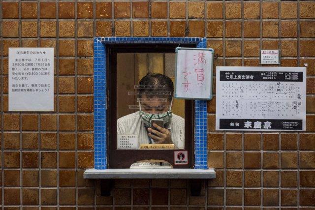 Un hombre con mascarilla en Japón por el coronavirus.
