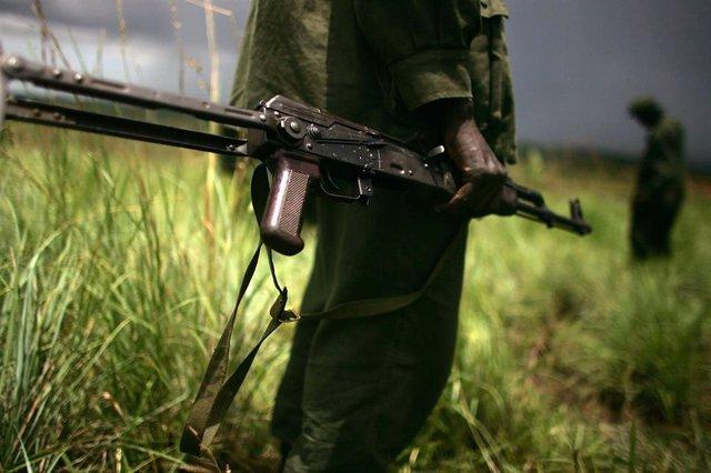 Un militar con un fusil en la mano en República Democrática del Congo