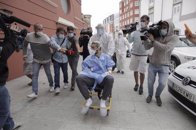 Chico Flores llegando en silla de ruedas al Hotel NH Collection Finisterre tras salir del hospital