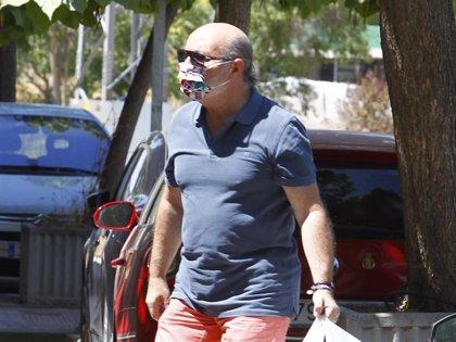 José Carlos, marido de Carmen Borrego, lleva comida a la casa de Alejandra Rubio
