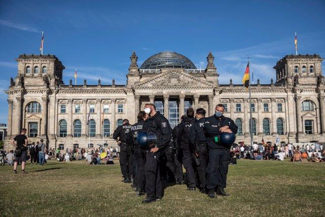 Coronavirus.- Al menos 45 policías heridos y otras 133 personas detenidas en las