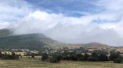 Bomberos del 112 evacúan a tres senderistas desorientados por la niebla en Campoo de Suso