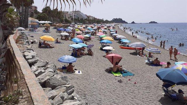 Playas de Calabajío, El Pozuelo y la zona oeste de San Cristóbal de Almuñécar, con aforo completo a mediodía
