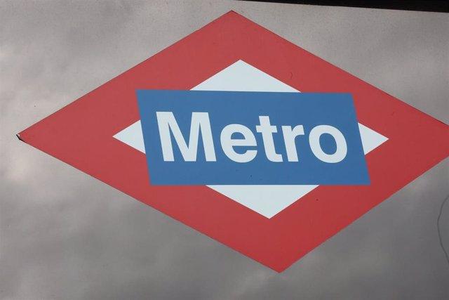 Cartel de la estación de Metro de Nuevos Ministerios con el logotipo del suburbano.