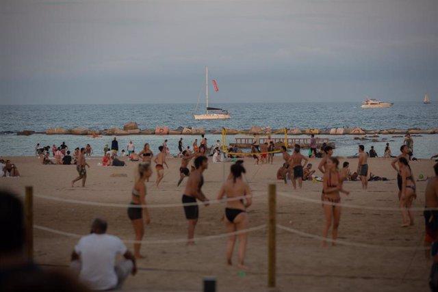 Bañistas en la playa en Barcelona, Catalunya (España)
